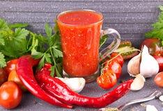 Домашний диез adzhika, с перцем и чесноком в стеклянном шаре стоковая фотография