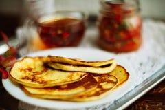Домашний завтрак или завтрак-обед: американские блинчики стиля служили с ягодами и порошком сахара на винтажном подносе металла с стоковые изображения rf