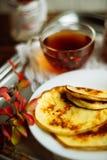 Домашний завтрак или завтрак-обед: американские блинчики стиля служили с ягодами и порошком сахара на винтажном подносе металла с стоковые изображения
