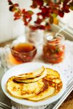 Домашний завтрак или завтрак-обед: американские блинчики стиля служили с ягодами и порошком сахара на винтажном подносе металла с стоковые фотографии rf