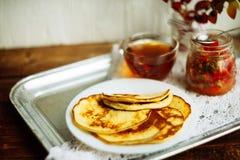 Домашний завтрак или завтрак-обед: американские блинчики стиля служили с ягодами и порошком сахара на винтажном подносе металла с стоковая фотография