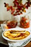 Домашний завтрак или завтрак-обед: американские блинчики стиля служили с ягодами и порошком сахара на винтажном подносе металла с стоковое фото