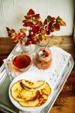 Домашний завтрак или завтрак-обед: американские блинчики стиля служили с ягодами и порошком сахара на винтажном подносе металла с стоковая фотография rf