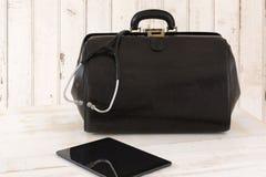 Домашний звонок, сумка доктора с стетоскопом и таблетка Стоковое Изображение RF