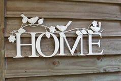 Домашний знак на деревенской деревянной предпосылке Стоковые Фото