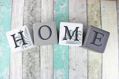 Домашний знак на огорченной деревянной предпосылке с бирюзой тонизирует Стоковые Изображения