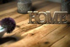Домашний знак сбалансировал на остатках и релаксации контраста деревянного стола Стоковые Фотографии RF