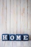 ДОМАШНИЙ знак сделанный из деревянных блоков на деревянной предпосылке Стоковое Изображение