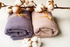 Домашний интерьер, портной шить, diy концепция Куча красочных тканей ткани Одежды белья хлопка цвета Стоковая Фотография