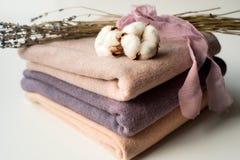 Домашний интерьер, портной шить, diy концепция Куча красочных тканей ткани Одежды белья хлопка цвета Стоковые Фотографии RF