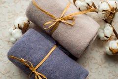 Домашний интерьер, портной шить, diy концепция Куча красочных тканей ткани Одежды белья хлопка цвета Стоковые Изображения