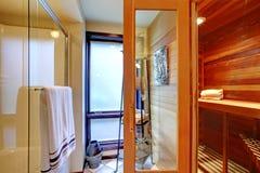 Домашний интерьер сауны с ливнем. Стоковые Фотографии RF