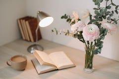 Домашний интерьер с элементами дизайна Деревянный стол с книгами и цветками Положение Instagram женственное плоское стоковая фотография rf