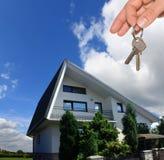 домашний ключ имеет риэлтор для работы Стоковые Фотографии RF