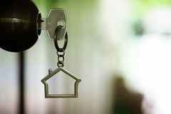 Домашний ключ с кольцом для ключей дома в keyhole, концепция свойства, космос экземпляра Стоковое фото RF