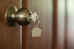 Домашний ключ с keychain в keyhole, концепцией дома свойства Стоковые Изображения