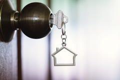 Домашний ключ с keychain в keyhole, концепцией дома свойства Стоковое Изображение RF