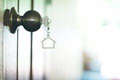Домашний ключ с keychain в keyhole, концепцией дома свойства Стоковое фото RF