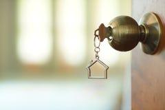 Домашний ключ с keychain в keyhole, концепцией дома свойства Стоковые Фотографии RF
