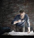 Домашний офис человека работая начинает вверх концепцию идей Стоковые Изображения