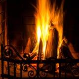 Домашний пожар горя в камине кирпича. Пожар сезонных и праздника, Стоковая Фотография RF