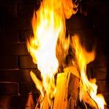 Домашний пожар горя в камине. Пожар сезонных и праздника Стоковое Изображение RF