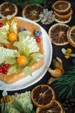 Домашний сделанный торт меда, взгляд сверху на темной предпосылке стоковое изображение rf