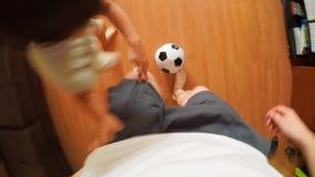 Домашний футбол - будьте отцом игр с сыном дома Стоковая Фотография RF