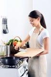 Домашний шеф-повар варя в кухне стоковое изображение rf