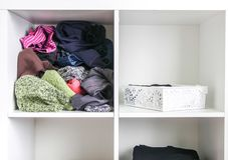 Домашний шкаф с различными одеждами Небольшая организация космоса Контраст заказа и разлада стоковая фотография