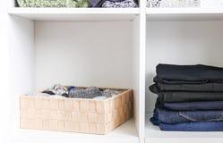 Домашний шкаф с различными одеждами Небольшая организация космоса Контраст заказа и разлада стоковые фотографии rf