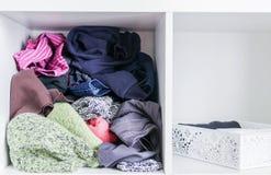 Домашний шкаф с различными одеждами Небольшая организация космоса Контраст заказа и разлада стоковая фотография rf