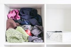 Домашний шкаф с различными одеждами Небольшая организация космоса Контраст заказа и разлада стоковые фото