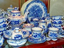 Домашний tableware в русском традиционном стиле Gzhel closeup Gzhel - русское фольклорное ремесло керамики Стоковое Изображение RF