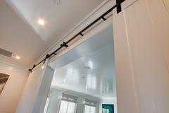 Домашняя внутренняя белизна сползая двери амбара Стоковое фото RF
