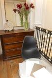 Домашняя внутренняя деталь с стулом и таблицей. стоковые фотографии rf