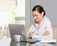 домашняя деятельность женщины стоковое фото rf