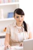 домашняя деятельность женщины Стоковая Фотография