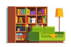 Домашняя живущая комната с софой, большим bookcase и лампой Стоковые Фотографии RF