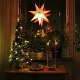Домашняя и рождеств-украшенная живущая комната Стоковое Изображение