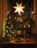 Домашняя и рождеств-украшенная живущая комната Стоковые Изображения RF