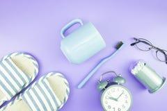 Домашняя квартира часов оборудования кладет стекла зубной щетки состава, t Стоковые Изображения RF