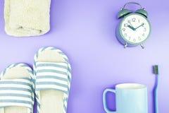 Домашняя квартира часов оборудования кладет стекла зубной щетки состава, t Стоковые Фотографии RF