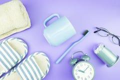 Домашняя квартира часов оборудования кладет стекла зубной щетки состава, t Стоковое Изображение RF
