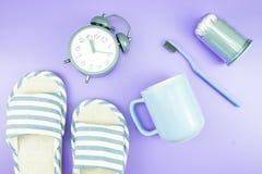 Домашняя квартира часов оборудования кладет стекла зубной щетки состава, t Стоковые Изображения