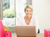 домашняя компьтер-книжка используя женщину Стоковые Фото