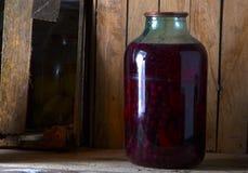 Домашняя консервация в темном погребе в котором выходить несколько лучей света стоковые фото