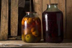 Домашняя консервация в темном погребе в котором выходить несколько лучей света стоковое изображение rf