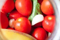 домашняя консервация Зрелые красные томаты в процессе консервировать стоковые изображения