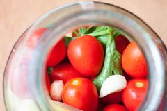 домашняя консервация Зрелые красные томаты в процессе консервировать стоковое фото rf